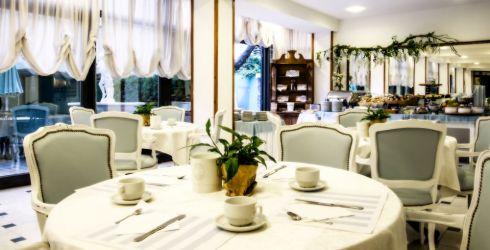 hotel-brisol-bellaria-tavoli-apparecchiati