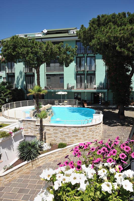 Foto hotel bristol bellaria 4 stelle con piscina vicino alla spiaggia - Hotel con piscina bellaria ...
