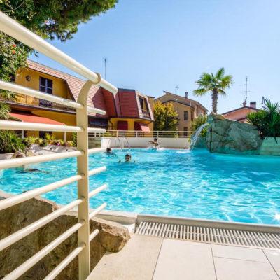hotel-bristol-4-stelle-bellaria-piscina-bimbi