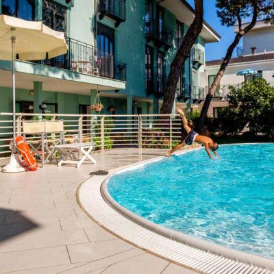 hotel-bristol-4-stelle-bellaria-piscina-con-acqua-alta-per-tuffi