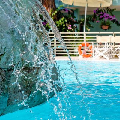 hotel-bristol-4-stelle-bellaria-piscina-con-fontana-cervicale