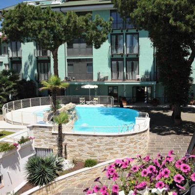 hotel-bristol-4-stelle-bellaria-piscina-esterna